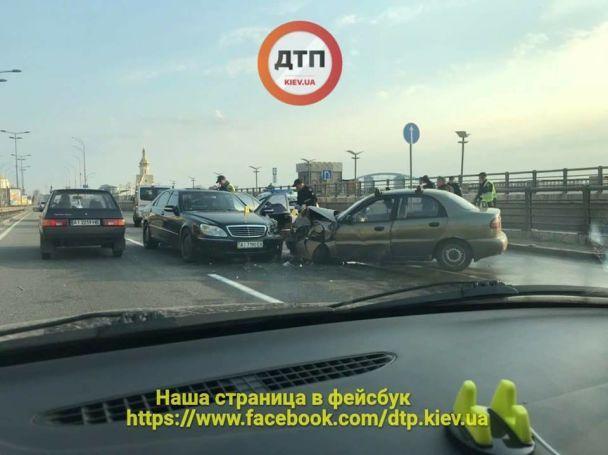 В Киеве на набережной Mercedes на встречной полосе протаранил Lanos, есть пострадавшие