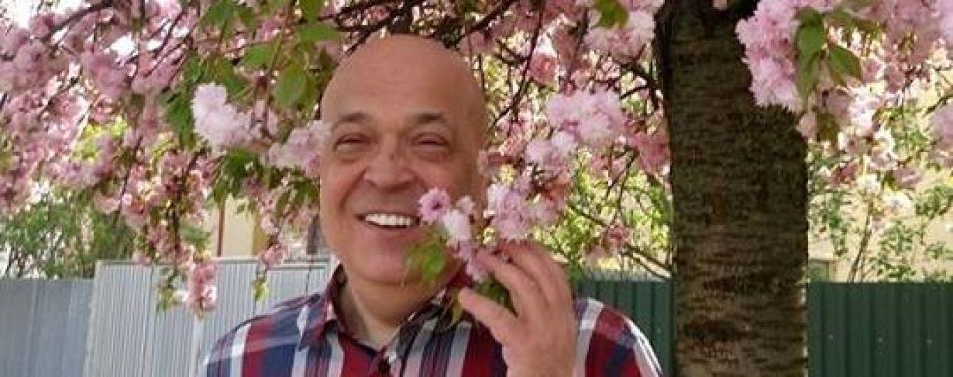 """Москаль у """"сакуровій"""" сорочці похизувався фото на тлі розквітлих сакур в Ужгороді"""