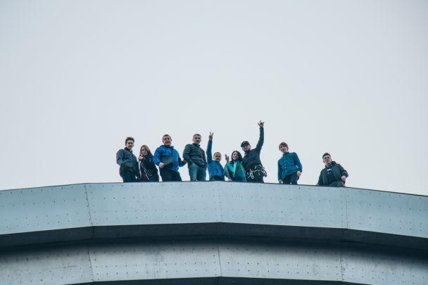 Около 20 киевских руферов-романтиков залезли на Арку Дружбы народов, чтобы насладиться рассветом