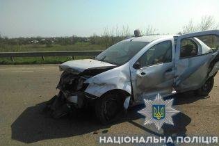 На Одещині жінка-водій потрощила легковик об відбійник, загинула дитина