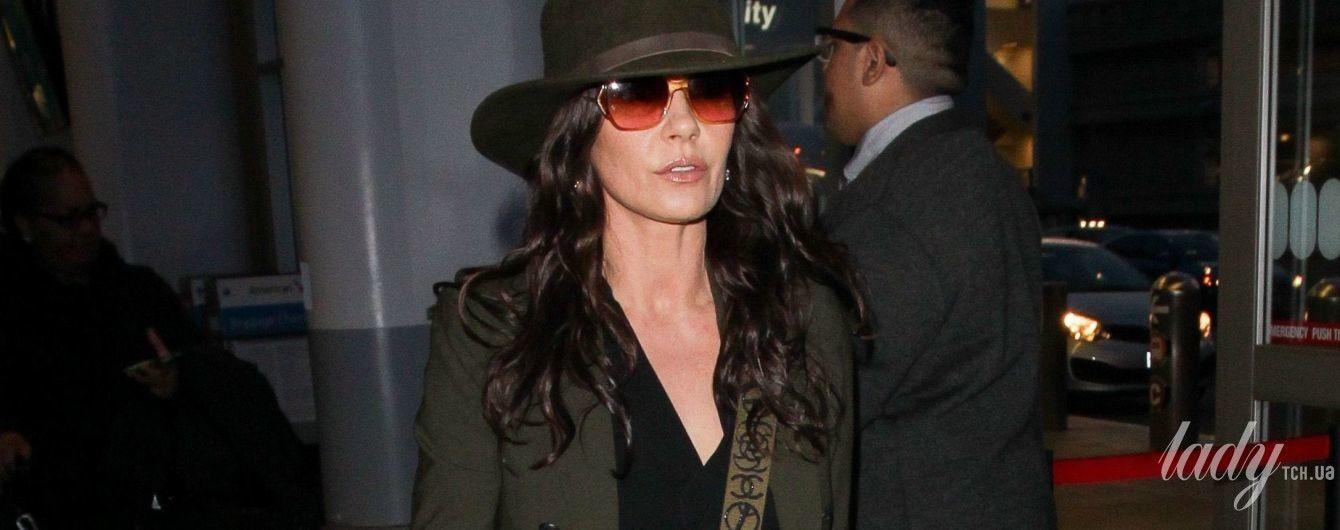 В камуфляже и с сумкой Chanel: Кэтрин Зета-Джонс в аэропорту Лос-Анджелеса