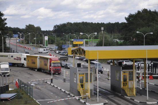 На кордоні зі Словаччиною та Польщею сотні автомобілів зупинилися у чергах