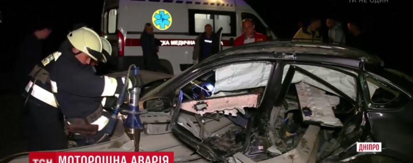 Під Дніпром внаслідок аварії машину проштрикнув відбійник в двох місцях