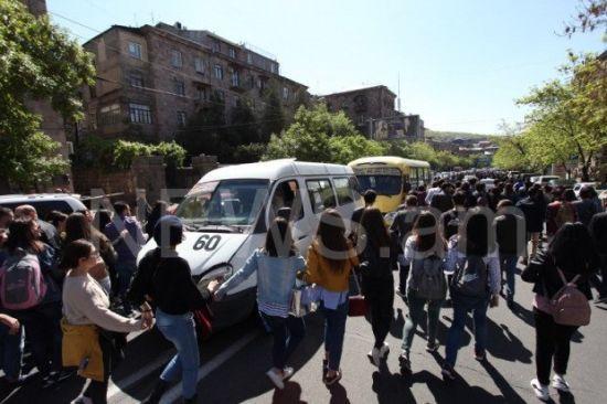 """""""Проти відчаю та в ім'я гідності"""": у Єревані демонстранти масово блокують вулиці"""