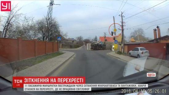 """З'явилось відео, як в Одесі маршрутка вилетіла на перехрестя і """"знесла"""" вантажівку"""