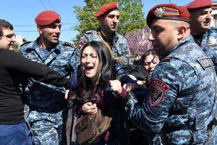 Десятки госпіталізованих і вибухи. У Єревані сталися сутички між мітингувальниками і поліцією