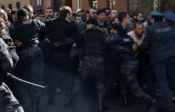 Десятки госпитализированных и взрывы. В Ереване произошли столкновения между митингующими и полицией