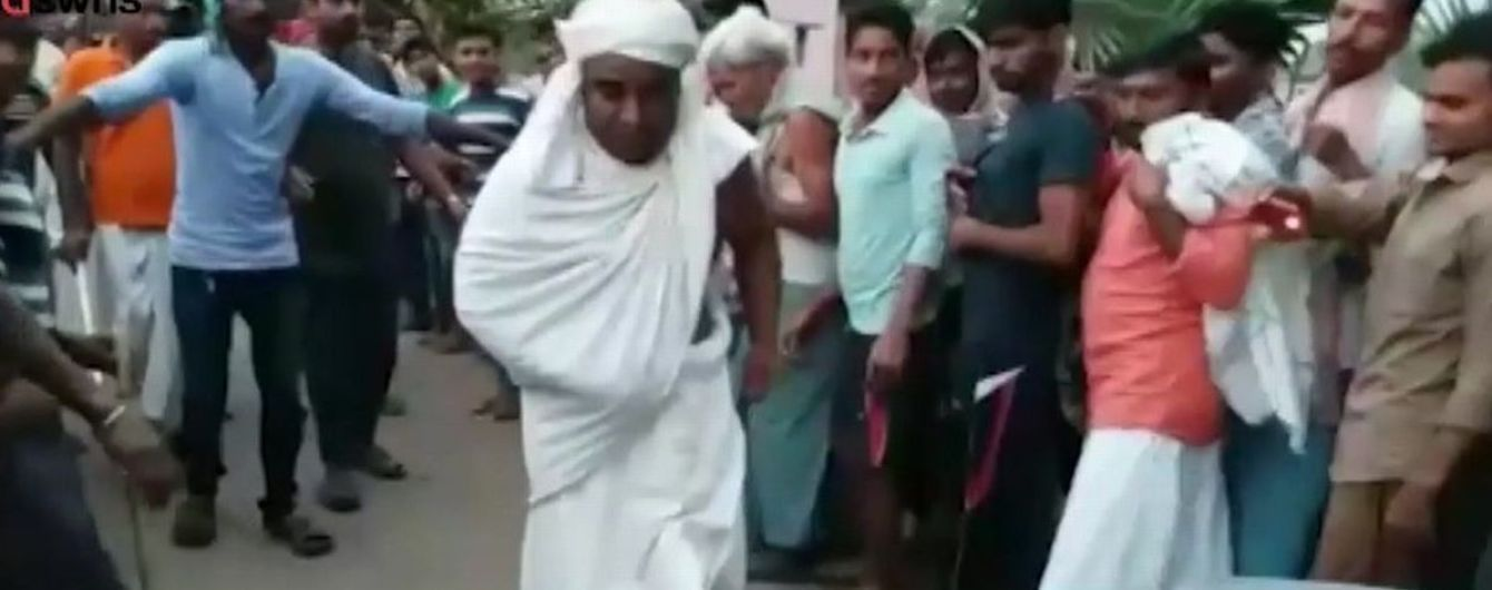 Индийский монах протянул пенисом грузовик в знак преданности богу