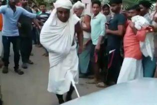 Індійський чернець протягнув пенісом вантажівку на знак відданості богу