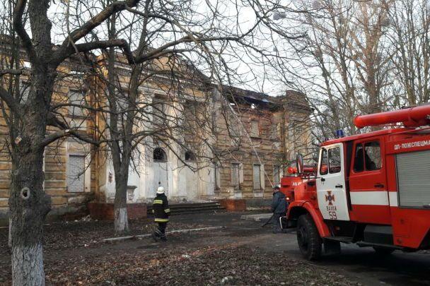 Под Харьковом огонь уничтожил деревянный памятник архитектуры — усадьбу Шидловских