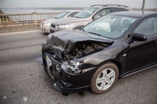 В Днепре на мосту столкнулись три автомобиля. В одном из них был грудной ребенок