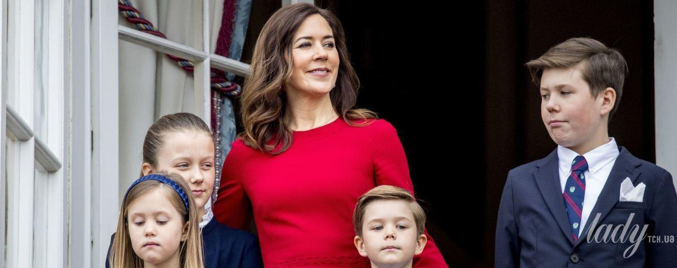 Принцесса Мэри и королева Маргрете II вышли к публике в ярких нарядах