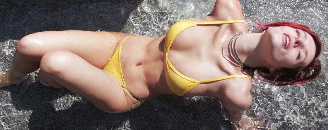 Тренировки не помешают: Белла Торн показала фигуру в купальнике