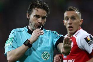 В Германии арбитр вернул команды из раздевалки после видеоповтора, чтобы пробить пенальти