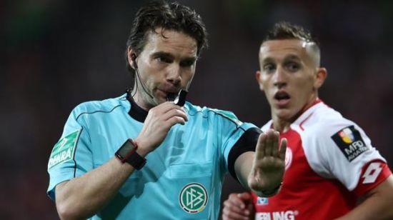 У Німеччині арбітр повернув команди з роздягальні після відеоповтору, щоб пробити пенальті