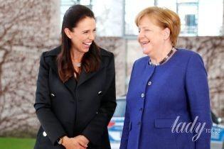 Беременность ей к лицу: премьер-министр Новой Зеландии в строгом платье прибыла на пресс-конференцию