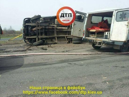 На Одесской трассе бензовоз въехал в работников дорожной службы. Есть жертвы