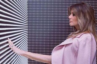 В розовом пальто и на лубутенах: яркий образ Мелании Трамп
