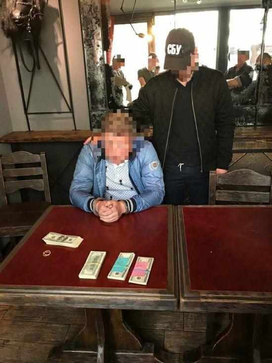 У Києві бізнесмен погорів на хабарі посадовцю КМДА у 24 тисячі доларів