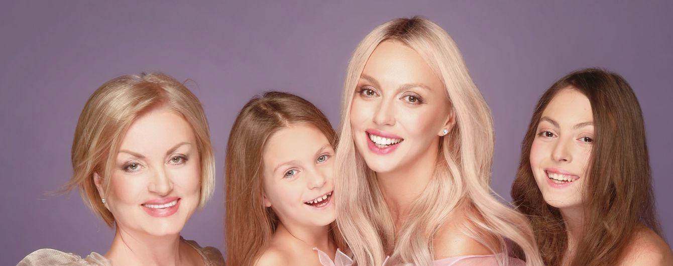 Как сестры: Оля Полякова вместе со своей мамой появилась на обложке журнала