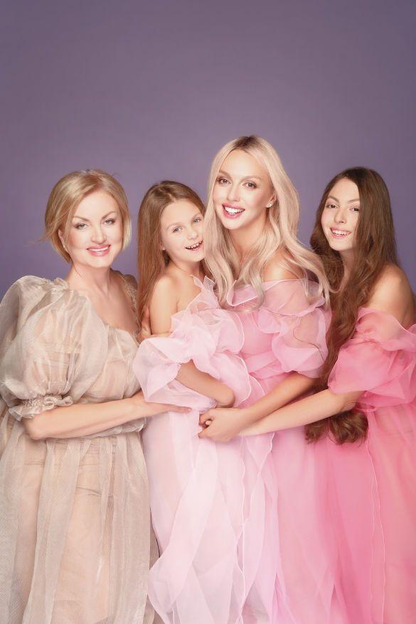 Оля Полякова с мамой и дочками_2