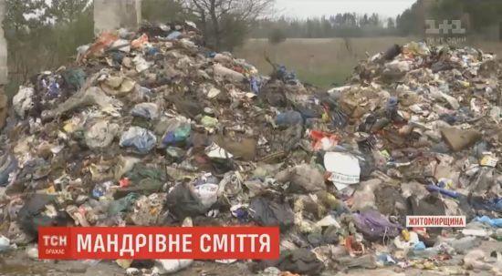 В селах на Житомирщине сбросили до 90 тонн мусора со Львова