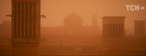 У Мережі з'явилися апокаліптичні фото потужної піщаної бурі в Ірані