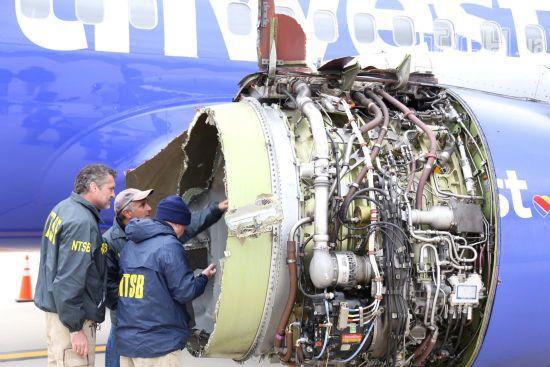 Страшна аварія в небі США. Під час вибуху двигуна літака вбило пасажирку, а іншу ледь не висмоктало у вікно
