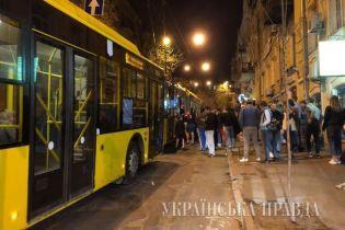 У Києві в тролейбусі сталася бійка з різаниною, перекрита одна з центральних вулиць