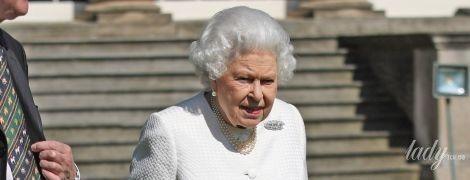 """В белом жакете и """"цветочном"""" платье: королева Елизавета II впечатлила новым красивым образом"""