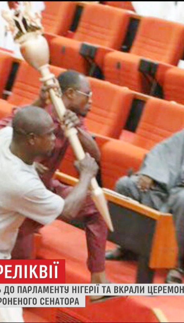 В парламент Нигерии во время заседания ворвались трое вооруженных мужчин