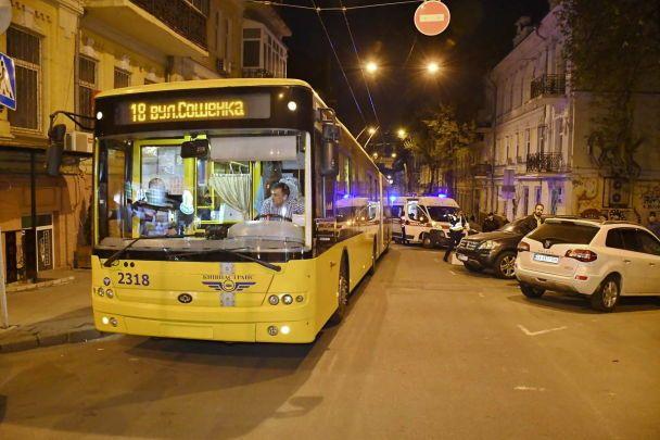 Уцентрі Києва сталася кривава бійка втролейбусі: з'явилися фото