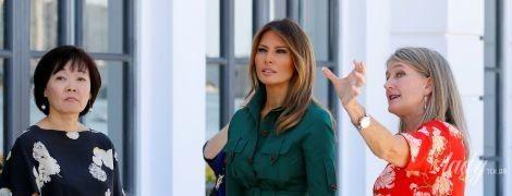 В зеленом платье и на шпильках: стильная Мелания Трамп сходила в музей