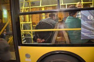 Двоє поранених та заблоковані всі пасажири. Подробиці п'яної різанини в тролейбусі в Києві