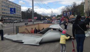 У Києві з новозбудованого ТРЦ зірвало залізні листи й травмувало жінку