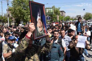 Митингующие в Ереване начали блокировать улицы грузовиками