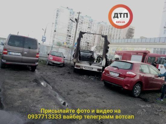 У Києві згоріло майже півдесятка автівок