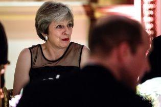 Тереза Мэй в элегантном платье и в алых туфлях появилась на приеме в Букингемском дворце