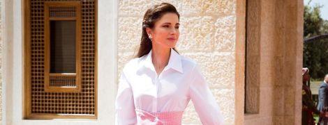 В красивой юбке и лаковых лодочках: эффектная королева Рания посетила деловую встречу