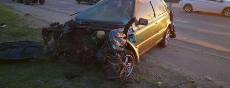 В Киеве авто ударилось об отбойник и слетело с дороги: три человека госпитализированы