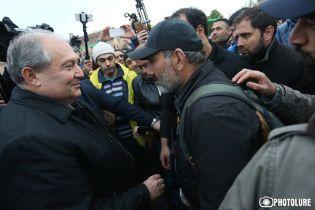 Президент Армении вышел на площадь и переговорил с лидером протестов