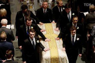 Четыре экс-президента и действующая первая леди США пришли попрощаться с Барбарой Буш