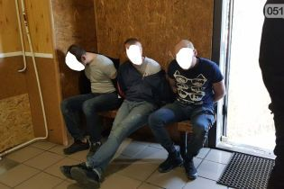 В Николаеве на полицейского напали водитель и пассажиры подозрительного авто