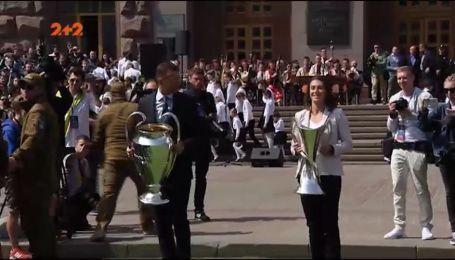 Амбассадоры финалов Лиги Чемпионов 2018 передали трофеи Киеву