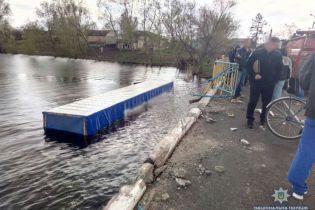 Смертельна ДТП на Чернігівщині: вантажівка збила велосипедистку і вилетіла з мосту в річку