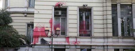 Посольство Франции в Афинах забросали краской за авиаудары по Сирии