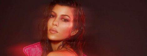 Обнаженная и в розовом плаще: Кортни Кардашьян позировала в откровенном фотосете