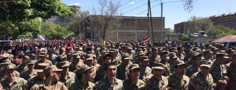 У Єревані частина військових перейшла на бік мітингувальників