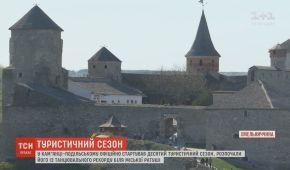 У Кам'янці-Подільському відкрили туристичний сезон танцювальним рекордом і новими пам'ятками
