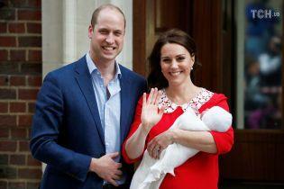 Усміхнена Кейт, щасливий Вільям і сонне немовля: королівське подружжя показало свою третю дитину